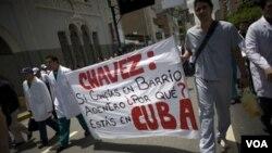 Médicos venezolanos le reprochan en una protesta a Chávez que por qué si confía tanto en el programa Barrio Adentro fue a atenderse el cáncer en Cuba.