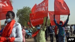 Des manifestants marchent dans les rue de Niamey pour protester contre la loi de finance, le 31 décembre 2017.