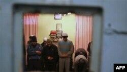 Bishkekdagi hibsxonada namoz, 26-yanvar 2012