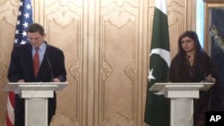 وزیر خارجہ حنا ربانی کھراور امریکی ایلچی مارک گروسمین (فائل)