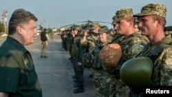 8일 반군이 장악하고 있는 동부 도시 마리우폴을 방문한 페트로 포로센코 우크라이나 대통령이 군인들을 격려하고 있다.