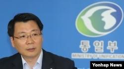 7일 정례브리핑 중인 김형석 통일부 대변인은. 한국 정부는 이날 북한에 수해 복구를 돕겠다는 뜻을 전달했다고 밝혔다.