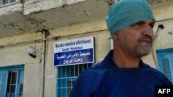 Un médecin se tient devant un hôpital dans la ville algérienne de Boufarik, alors que le pays fait face à une épidémie de choléra, le 28 août 2018.