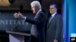 Cựu Tổng thống Hoa Kỳ Bill Clinton (phải) giới thiệu ông Mitt Romney tại hội nghị của Diễn đàn Sáng kiến Toàn cầu ở New York 25/9/12