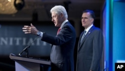Bivši predsednik Bil Klinton predstavlja republikanskog predsedničkog kandidata, Mita Romnija na skupu Klintonove globalne inicijative u Njujorku, 25. septembar 2012.