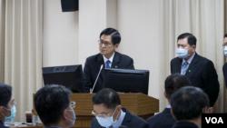 台湾国防部长严德发解释后备改革方案。(美国之音黄丽玲2020年10月22日摄)