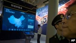 ARCHIVO - Muestra de tecnologías de la información en el Beijing Exhibition Hall. Beijing, China, oct. 17, 2017.