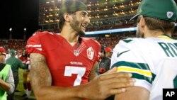 Le quarterback Colin Kaepernick de l'équipe des 49ers de San Francisco, salue le quarterback de Green Bay Packers, Aaron Rodgers, à Santa Clara, Californie, le 27 août 2016.