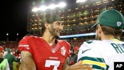 Colin Kaepernick des 49ers de San Francisco, salue Green Bay Packers, USA, le 27 août 2016.