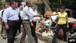 Tổng thống Obama đi thị sát thiệt hại lũ lụt với Thống đốc bang New Jersey Chris Christie tại Wayne, New Jersey, ngày 4/9/2011