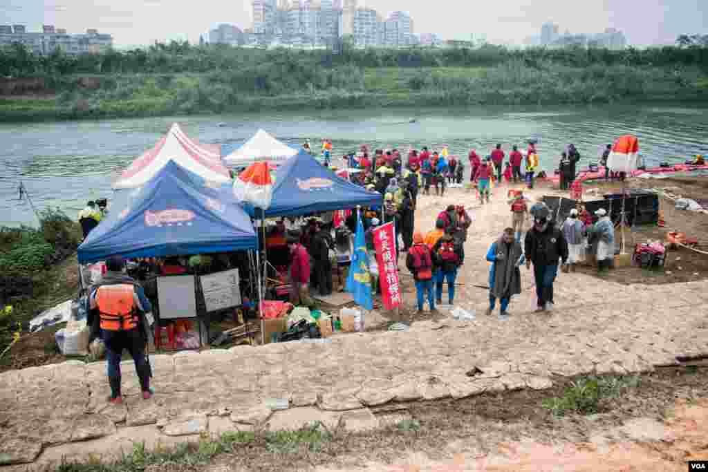 台湾组织各方力量在基隆河边继续展开搜索。