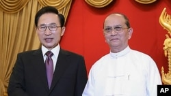 14일 정상회담에서 악수하는 이명박 한국 대통령(왼쪽)과 테인 세인 버마 대통령.