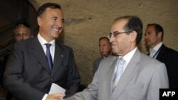 Ngoại trưởng Franco Frattini, trái, và người đứng đầu ủy ban điều hành của Hội đồng Chuyển tiếp Quốc gia Libya Mahmoud Jibril tại Naples, Italy, 17/6/2011