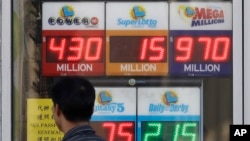 Seorang pria berjalan melewati papan iklan lotre Mega Millions dan lotre-lotre lainnya di The Lucky Spot di San Francisco, 18 Oktober 2018.