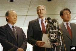 지난 1994년 6월 워싱턴 국무부에서 미·한·일 당국자들이 유엔에서 추진할 대 북한 제재 내용을 협의한 후 기자들에게 결과를 설명하고 있다. 왼쪽부터 야나이 준지 일본 외무성 외교정책국장, 로버트 갈루치 미국 국무부 차관보, 김삼훈 한국 핵대사.