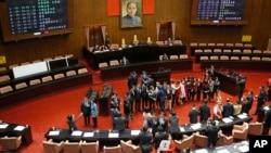 Para anggota parlemen Taiwan sedang memperdebatkan RUU Pengawasan Perdagangan yang dikecam oleh China (foto: dok).