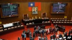 民进党立法委员宣誓就职后在立法院会场合影。(2016年2月1日)