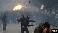 Para demonstran di Athena, Yunani melemparkan bom-bom molotov ke arah polisi dalam unjuk rasa Rabu, 15 Desember 2010.