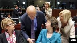 Ngoại trưởng Pháp Alain Juppe (thứ 2 từ trái) và Ủy viên đặc trách chính sách đối ngoại EU Catherine Ashton dự hội nghị tại Brussels