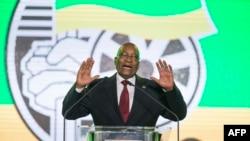 L'ex-président sud-africain, Jacob Zuma, s'exprime lors d'un dîner de gala présidentiel au NASREC Expo Center à Johannesburg le 15 décembre 2017.
