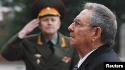 El presidente cubano Raúl Castro rinde homenaje frente a la tumba del Soldado Desconocido cerca del Kremlin, en Moscú.