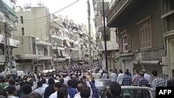Bất chấp luật mới, hàng ngàn người biểu tình hôm qua vẫn tụ tập tại các thành phố và thị trấn trên khắp Syria để phản đối chế độ cai trị của Tổng Thống al-Assad