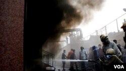 Petugas pemadam kebakaran berusaha memadamkan kobaran api di rumah sakit Amri di Kolkata, India, Jumat (9/12).