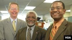 Dan Austin, director general de VOA (Izq.) junto al embajador de Haití, Raymond Joseph y el jefe del Servicio Creole, Ronald Cesar.