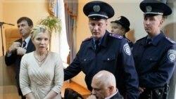 یولیا تیموشنکوو پس از شنیدن رای دادگاه در کی یف به همراهی پلیس.۱۱ اکتبر ۲۰۱۱