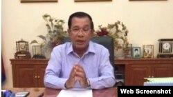 លោកនាយករដ្ឋមន្ត្រី ហ៊ុន សែន ថ្លែងផ្ទាល់តាមគេហទំព័រហ្វេសប៊ុករបស់លោកកាលពីថ្ងៃព្រហស្បតិ៍ទី២៦ ខែវិច្ឆិកា ឆ្នាំ២០១៥ អំពីឧប្បត្តិហេតុការដាក់ចរន្តអគ្គិសនីនៅទូទាំងប្រទេសនៅប៉ុន្មានម៉ោងមុននេះដែលជាយប់ចុងក្រោយនៃពិធីបុណ្យអុំទូក។ លោកថ្លែងថាមូលហេតុនៃការដាច់ភ្លើងនេះគឺបញ្ហាបច្ចេសទេសនៅវៀតណាម គឺមិនមែនអំពើភេរវកម្មទេ។ (រូបថតថតពីទំព័រ Facebook Samdech Hun Sen)