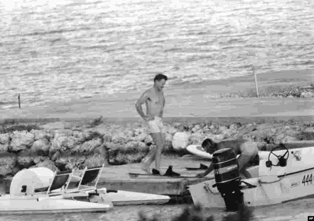 Советник президента США Джимми КартераЗбигнев Бжезинский и сотрудник спецслужбы США на пляже на Гваделупе после переговоров,5 января 1979 года.