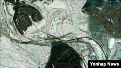 구글 어스 위성사진에 잡힌 평안북도 구장의 단파방송용 송신소. (자료사진)