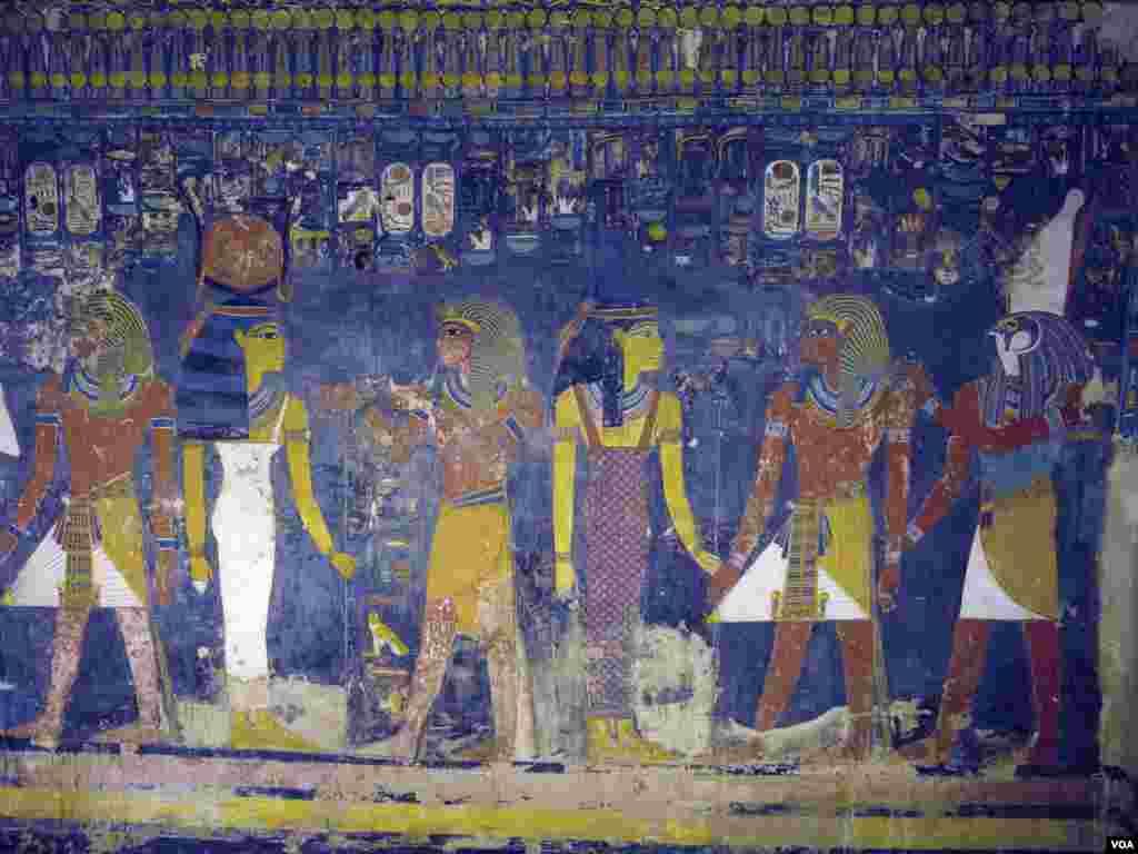 Mchoro wa enzi za mafarao ndani ya kaburi la mfalme mmoja wa zamani, lilofunguliwa baada ya miaka mitano ya ukarabati, Luxor, Egypt, Nov. 5, 2015. (H. Elrasam/VOA)