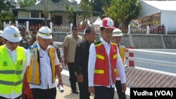 Presiden Jokowi memberikan keterangan pada wartawan usai meresmikan Bendungan Gondang di Karanganyar Jawa tengah, Kamis, 2 Mei 2019. (Foto: VOA/Yudha)