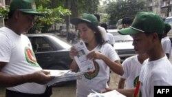 Thành viên của Đảng Đoàn kết Phát triển Liên hiệp (Union Solidarity and Development Party) phát truyền đơn cổ động cho cuộc tổng tuyển cử ngày 7 tháng 11, trong cuộc vận động tranh cử của đảng này tại Rangoon, Miến Ðiện, ngày 9 tháng 10, 2010