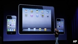 Apple CEO Steve Jobs talks on stage in front of an iPhone, left, iPad and iPod Touch, right, Sept. 1, 2011 (file photo)