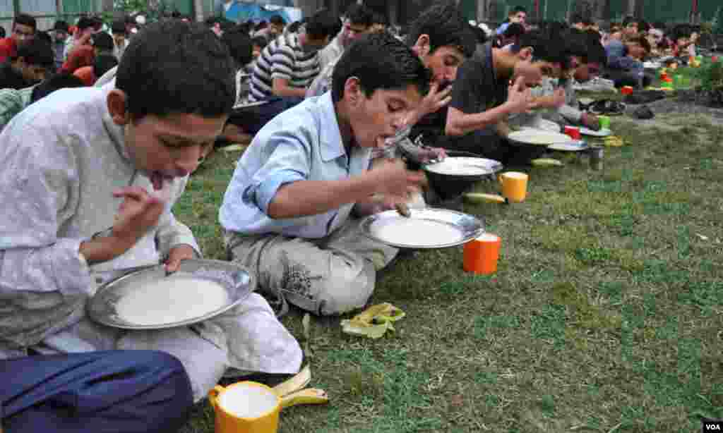 سری نگر کے ایک یتیم خانے میں بچے روزہ افظار کررہے ہیں