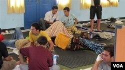 Para pencari suaka yang selamat dari kecelakaan kapal, berada di tempat penampungan sementara di Trenggalek, Jatim (18/12).