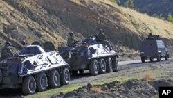 装甲车上的土耳其士兵们在土耳其伊拉克边境巡逻(资料照片)。