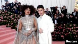 La actriz Priyanka Chopra y su esposo el cantante Nick Jonas en la Gala del Met. Nueva York, Nueva York. 6-5-19. REUTERS/Mario Anzuoni.