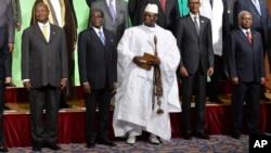 Le président sortant gambien Yahya Jammeh au milieu d'autres chefs d'Etat africains lors d'un sommet à Yokohama, Japon, 1er juin 2013.