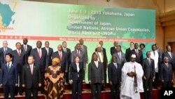 日本首相安倍晉三與出席東京非洲發展國際會議的非洲國家代表。 (2013年6月1日)