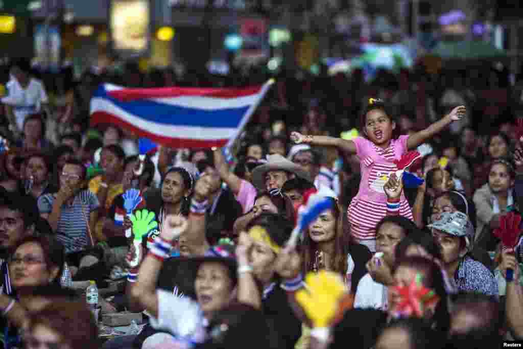 28일 태국 방콕의 중심가에 집결한 반정부 시위대가 다음달 2일로 예정된 조기총선 연기를 요구하고 있다.
