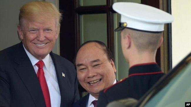 Tổng thống Donald Trump và Thủ tướng Nguyễn Xuân Phúc bên thềm Nhà Trắng hôm 31/5.