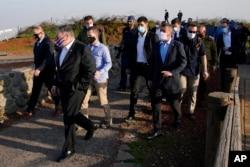 Menlu AS Mike Pompeo (kedua dari kiri) tiba untuk pengarahan keamanan di Gunung Bental, Dataran Tinggi Golan yang dikuasai Israel, dekat perbatasan Israel-Suriah, Kamis, 19 November 2020.
