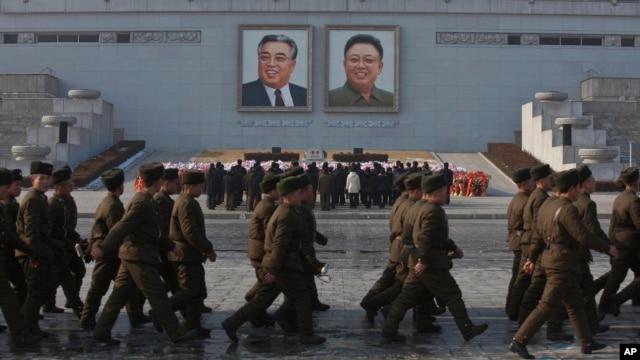 북한 김정일 국방위원장 사망 2주기를 맞은 17일, 평양 김일성 광장의 대형 초상화 아래 참배객들이 모여있다.