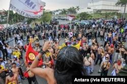 Para anggota serikat buruh memprotes pengesahan Undang-Undang Cipta Kerja, di Kawasan Industri Jakarta Timur, di Bekasi, Senin, 5 Oktober 2020. (Foto: Antara via Reuters)