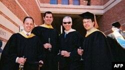 John Alpay (soldan sağa ikinci sırada) işletme yüksek lisans diploma töreni sırasında görülüyor