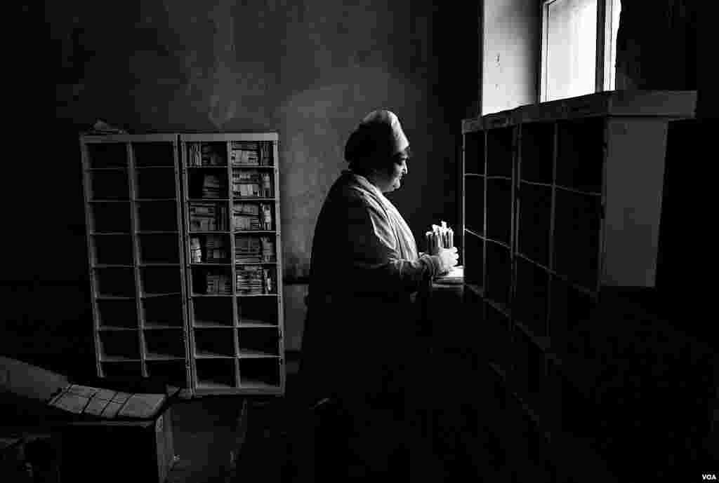Медсестра в больнице в Тольятти изучает истории болезни умерших больных
