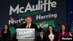 El gobernador electo de Virginia, Terry McAuliffe habla durante la celebración de su victoria electoral, en Tyson's Corner, Virginia.
